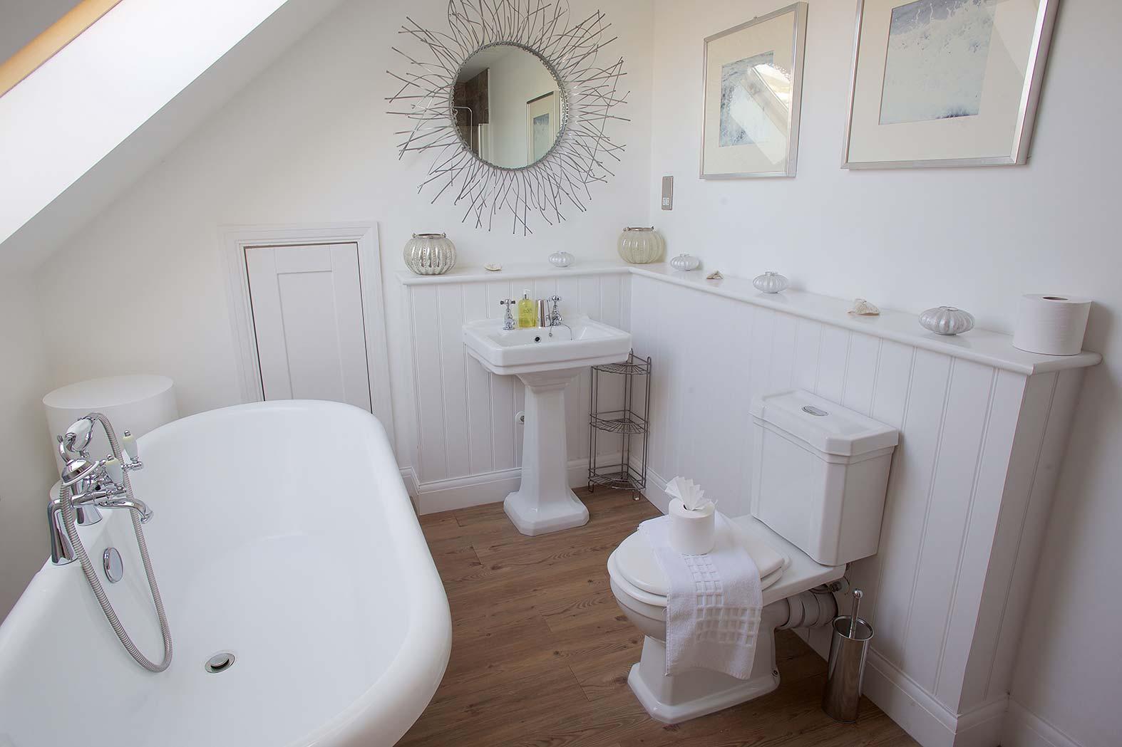 En Suite Bathroom With Separate Toilet: Luxury Beach House Rental